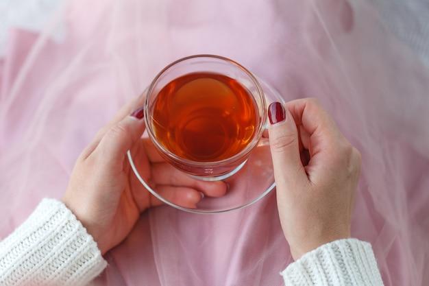 Taza de té en la mano