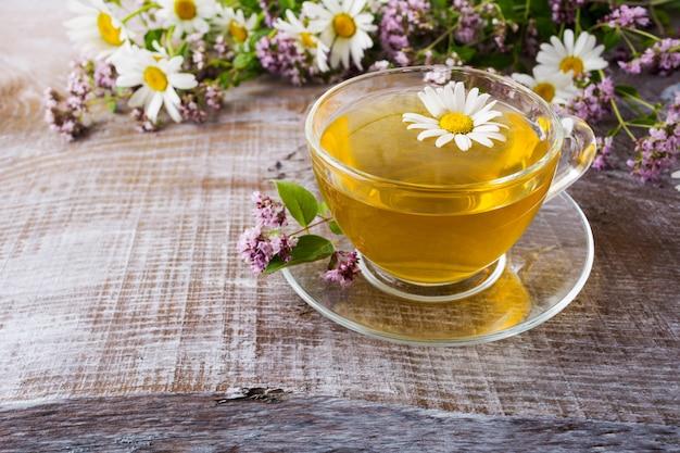 Taza de té de manzanilla a base de hierbas verdes y hierbas