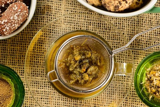 Taza de té de manzanilla con galletas