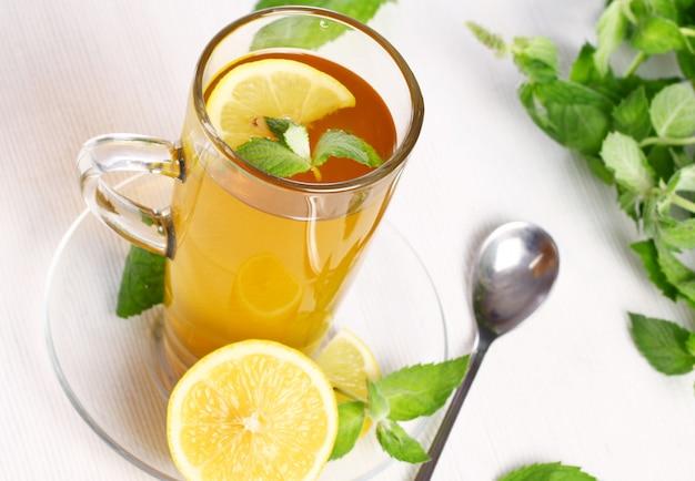 Taza de té de menta caliente