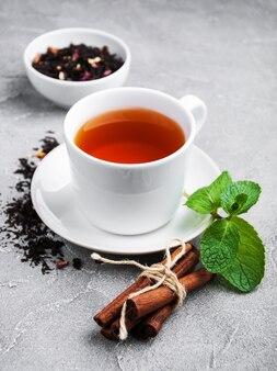 Taza de té con menta y canela.