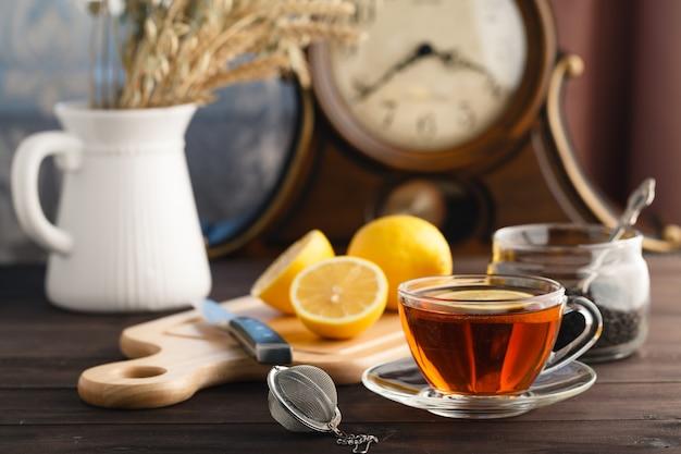 Taza de té con menta y limón.