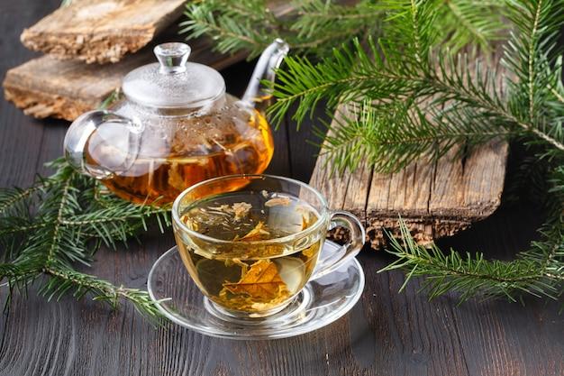 Taza de té con mermelada de bayas en la mesa de madera vieja