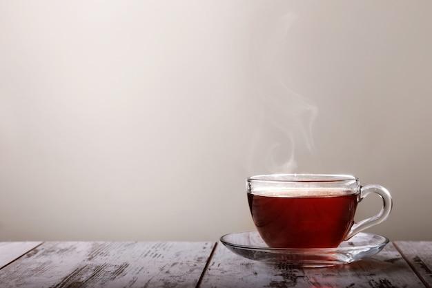 Taza de té en la mesa