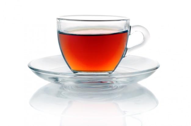 Taza de té negro caliente aislado