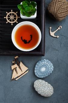 Taza de té negro y piedras de ganchillo