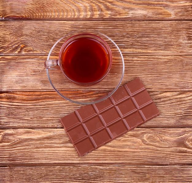 Una taza de té o café. chocolate negro. madera.