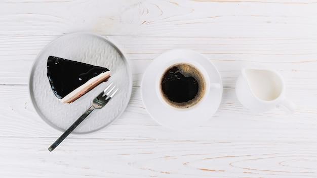 Taza de té y pastelería fresca para el desayuno.