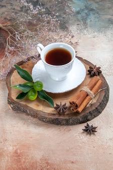 Taza de té en el piso gris