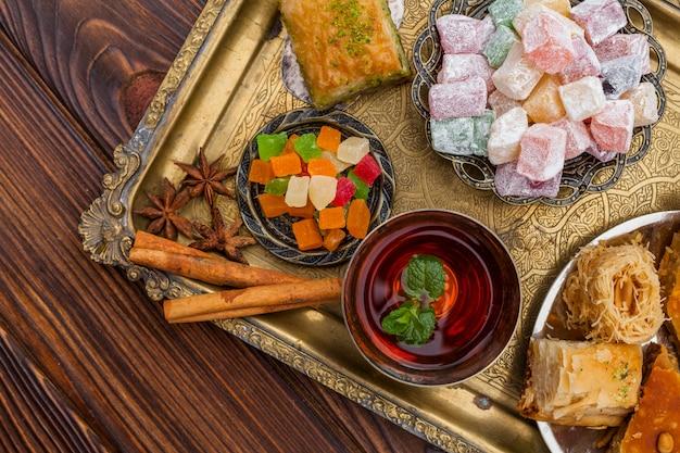 Taza de té y postres turcos en bandeja.