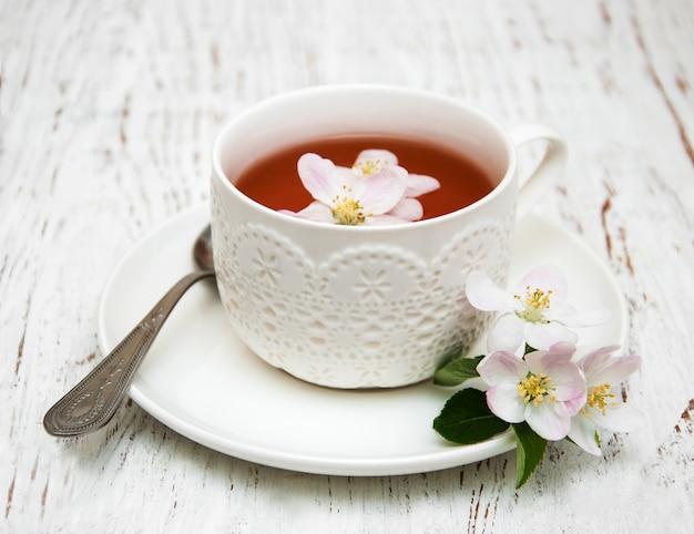 Taza de té y primavera flor de manzana