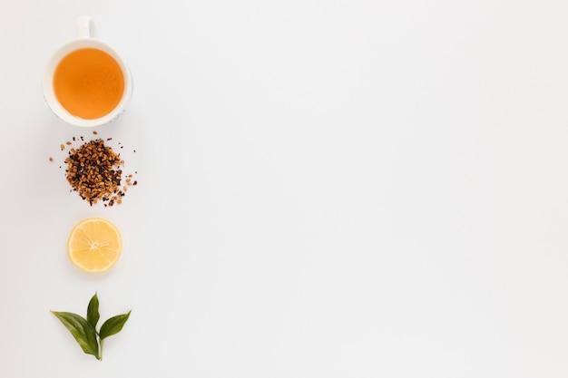 Taza de té con rodaja de limón y espacio de copia