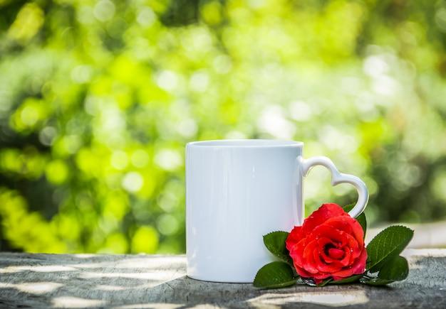 Taza de té en el soleado jardín verde
