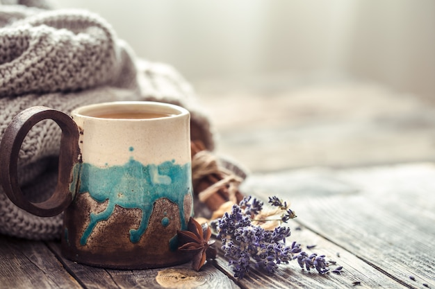 Taza de té con un suéter