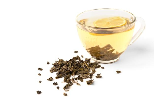 Taza de té verde con limón aislado sobre fondo blanco.