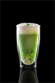 Taza de té verde matcha latte aislado