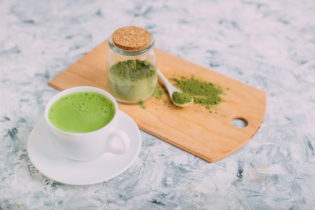 Taza de té verde matcha latte.