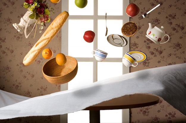 La taza de té volando sobre el mantel