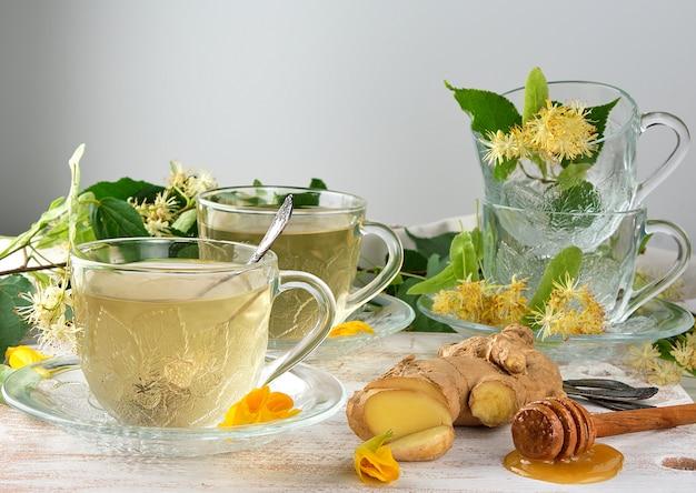 Taza transparente con té de jengibre y tilo