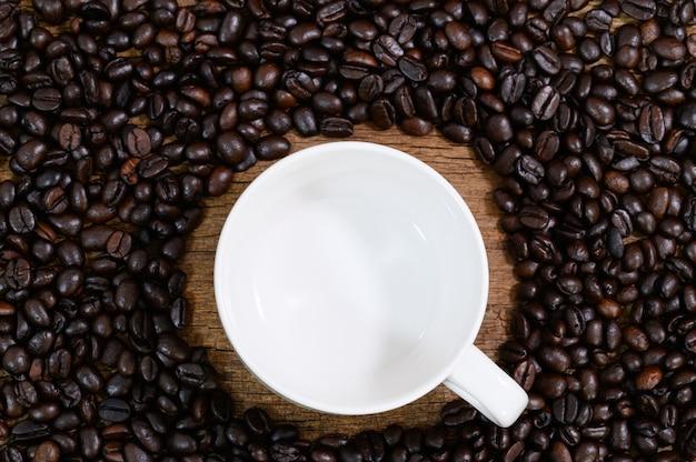 La taza vacía se coloca alrededor de los granos de café.