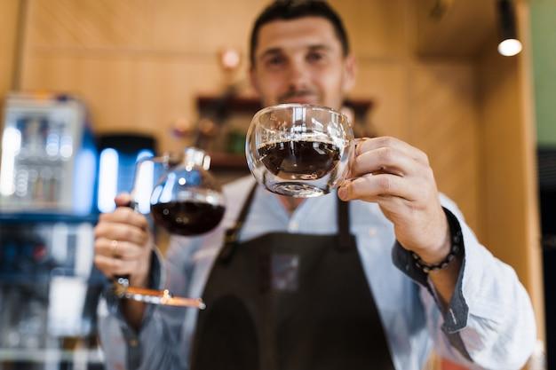 Taza de vidrio doble con café en la cafetería.