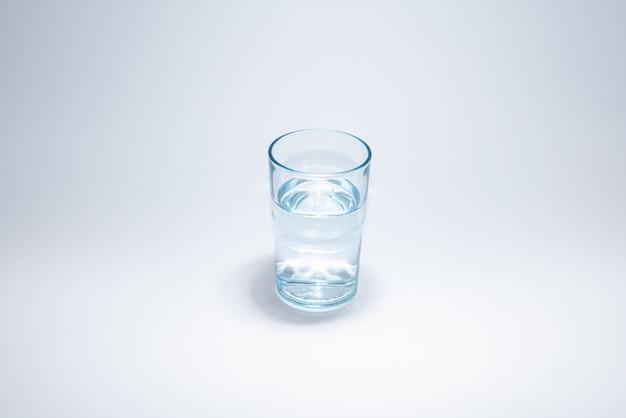 Taza de vidrio tradicional sobre superficie blanca