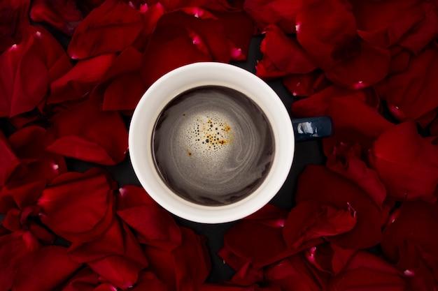 Taza con vista superior de café con pétalos de rosa