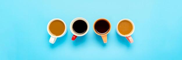 Tazas con bebidas calientes, café, capuchino, café con leche aislado