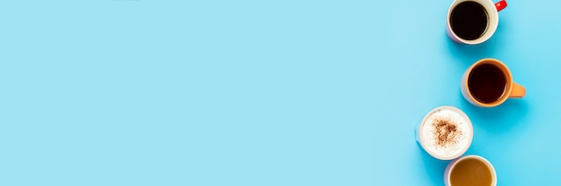 Tazas con bebidas calientes, café, capuchino, café con leche sobre una superficie azul. concepto de cafetería, reunión de amigos, desayuno con amigos, equipo amable. . vista plana, vista superior