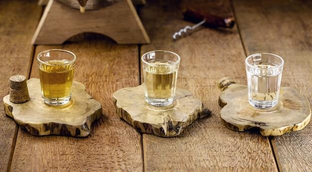 Tazas de cachaça, una bebida brasileña hecha de caña de azúcar, una carrera brasileña llamada popularmente
