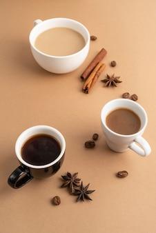 Tazas con café con canela y anís al lado