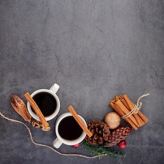 Tazas de café con canela y especias.