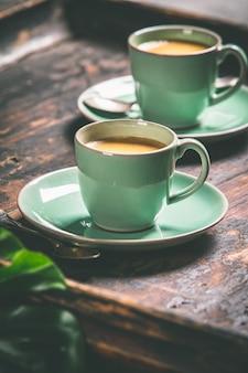 Tazas de café y cápsulas, de cerca