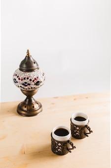Tazas de café cerca de la mesa en la mesa