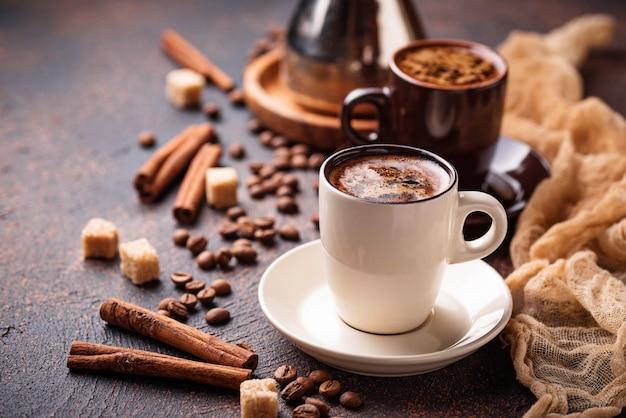 Tazas de café, frijoles, azúcar y canela.