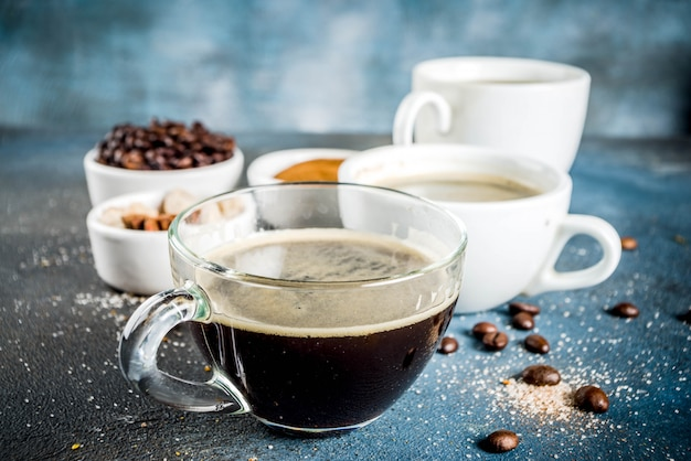Tazas de café con frijoles y café molido