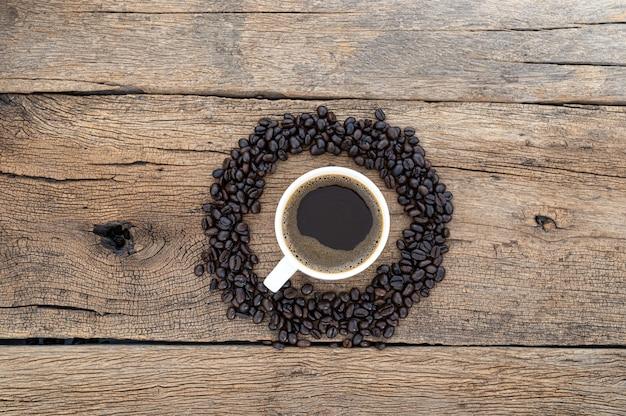 Tazas de café y granos de café en el escritorio