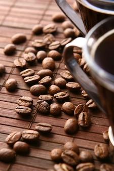 Tazas de café con granos de café.
