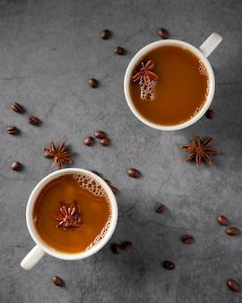 Tazas de café planas con ingredientes