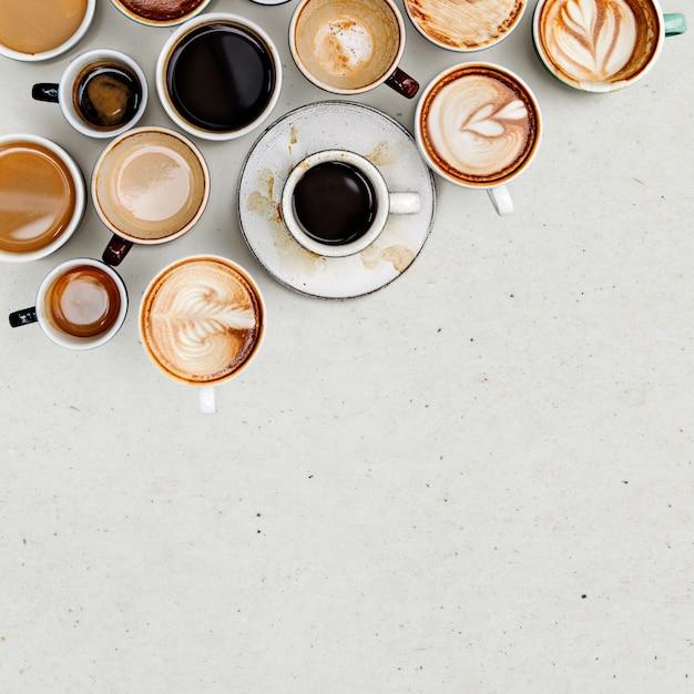Tazas de café sobre un fondo beige claro con espacio de copia