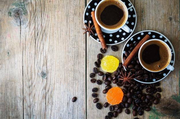 Tazas de café sobre madera