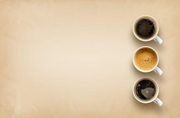 Tazas de café sobre papel de estraza