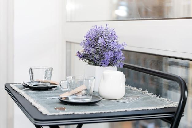 Tazas de café vacías en el balcón con luz solar en la mañana