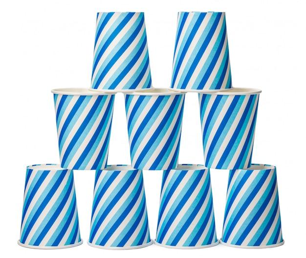 Tazas de cartón decoradas con líneas azules patrón aislado sobre fondo blanco.