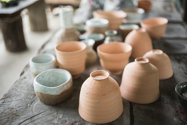 Tazas de cerámica rústicas hechas a mano de arcilla terracota marrón