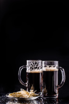 Tazas con cerveza en la mesa