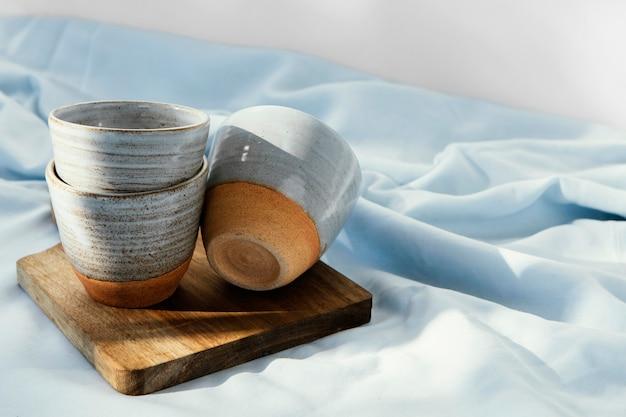 Tazas de cocina mínima abstracta sobre tabla de madera