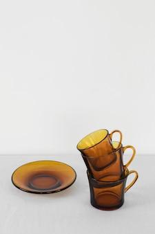 Tazas de cocina mínimo abstracto en una pila