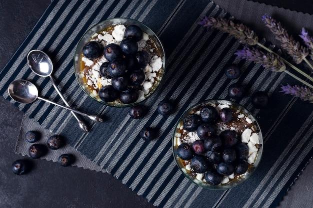 Tazas frescas de la vista superior con mousse de chocolate