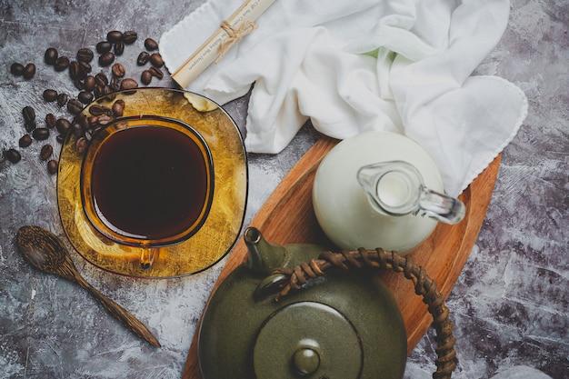 Tazas y granos de café, concepto del día internacional del café
